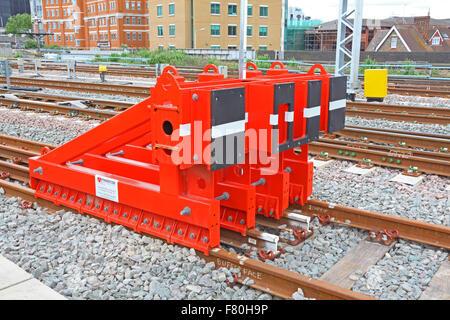 Eine gut sichtbare Reihe von Stahl hergestellt Stop Blöcke montiert auf den Strecken außerhalb eines Depots. - Stockfoto