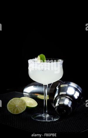 Margarita mit Shaker und Kalk - Stockfoto