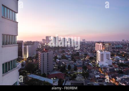 Sonnenuntergang über Wohn von Jakarta mit modernen Büro Türme im Hintergrund in der Hauptstadt von Indonesien - Stockfoto