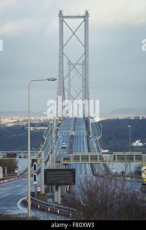Edinburgh, Schottland. 4. Dezember 2015. Die Forth Road Bridge ist für 24 Stunden nach der Entdeckung der Mängel - Stockfoto
