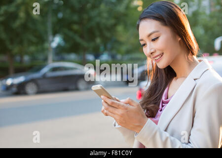 Junge Frau mit Smartphone - Stockfoto