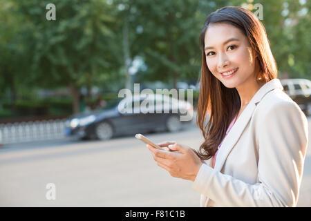 Junge Frau mit einem smart-phone - Stockfoto