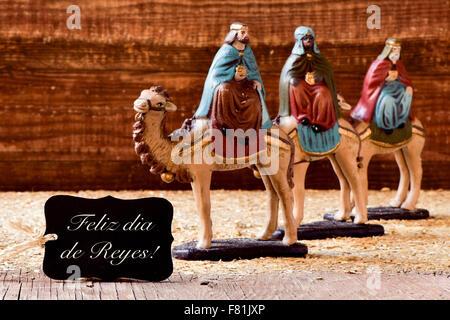ein schwarzer Aufkleber mit Text Feliz Dia de reyes, glücklich Epiphanie in spanischer Sprache, und die Heiligen - Stockfoto