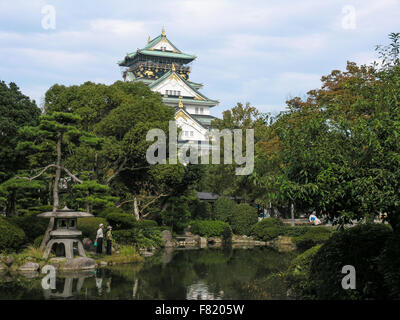 Die Burg von Osaka angesehen von der Nishinomaru Garten, Japan - Stockfoto