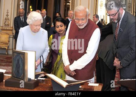 Indische Premierminister Narendra Modi präsentiert ein Geschenk an ihre Majestät Königin Elizabeth II während eines Besuchs in Buckingham Palace 13. November 2015 in London, Vereinigtes Königreich.