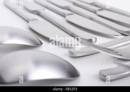 Besteck-set mit Löffel, Messer und Gabel auf weißem Hintergrund - Stockfoto