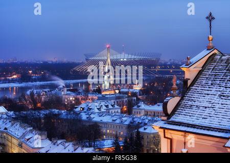 Warschau Winter Abend Stadtbild, Hauptstadt Polens, Blick Richtung Weichsel, Fusse Brücke und National Stadium, - Stockfoto