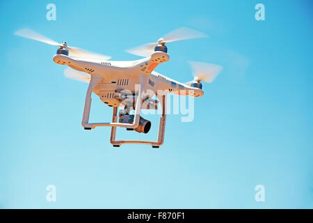 Niedrigen Winkel Ansicht der Drohne mit Kamera gegen den Himmel fliegen - Stockfoto
