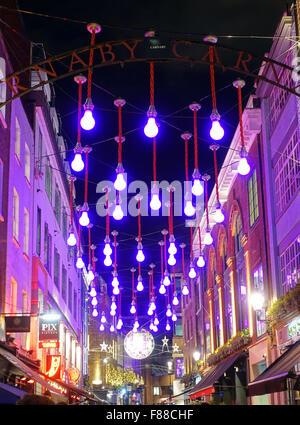 Magenta Weihnachtsbeleuchtung in der Carnaby Street London - Stockfoto