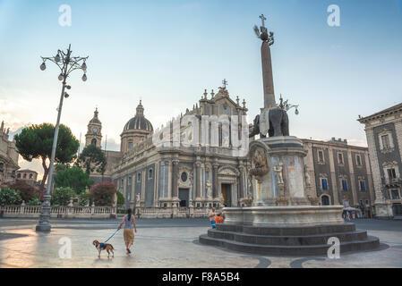 Piazza del Duomo, Catania, Blick auf die Kathedrale von Catania (Kathedrale) mit seinem berühmten Elefanten Brunnen - Stockfoto
