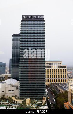 Weltoffen und Bellagio Hotel und Casino nebenan miteinander, über dem Strip in Las Vegas Nevada aus fotografiert. - Stockfoto
