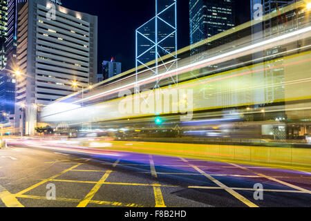Bewegungsunschärfe Traffic Rush durch Central Business District auf Hong Kong Island in der Nacht - Stockfoto