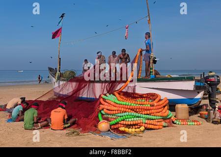 Fischer ihre Netze Colva Beach Goa Indien tendenziell - Stockfoto