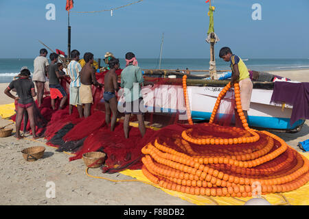 Fischer ihre Netze Colva Beach Goa Indien verstauen - Stockfoto