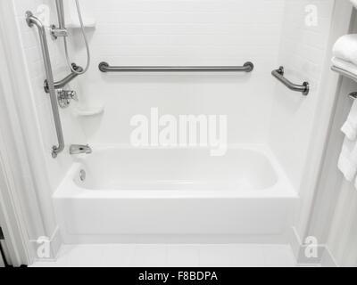 Behinderte behindertengerechter Zugang Bad Badewanne mit Haltegriffe - Stockfoto