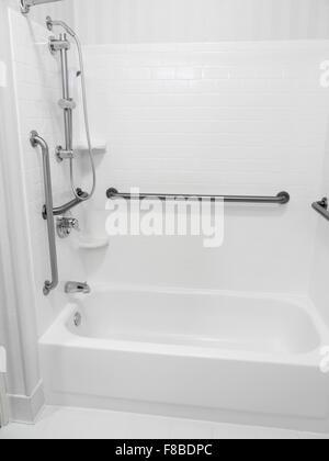 behinderte behindertengerechter zugang bad badewanne mit haltegriffe stockfoto bild 91221378. Black Bedroom Furniture Sets. Home Design Ideas