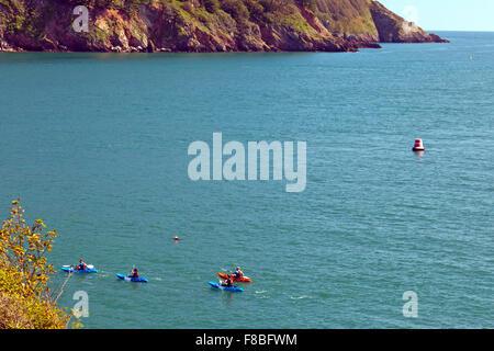 Meer Kajakfahrer in der Mündung des River Dart in der Nähe von Dartmouth, Devon, England, UK - Stockfoto
