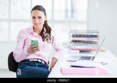 Frau mit ihrem Handy. - Stockfoto