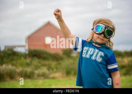 Einen kleinen pre-teen jungen in einer hausgemachten Kostüm und Schutzbrille verkleidet und spielen im Freien auf, - Stockfoto