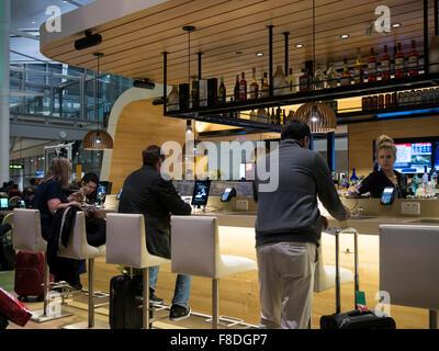 Toronto International Airport Terminal 1 Abflugslounge Food-Court; moderne und mit Tablets und iPads verbundene - Stockfoto