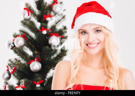 sch ne blonde frau die einen weihnachtsbaum schm cken. Black Bedroom Furniture Sets. Home Design Ideas