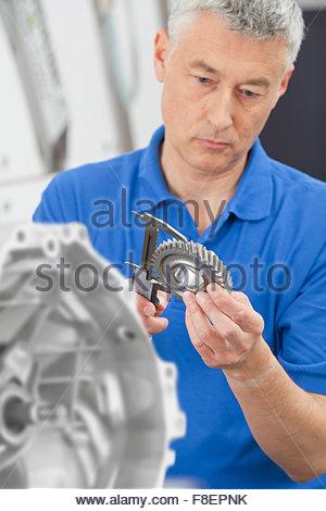 Techniker messen Zahnrad mit Vernier Bremssattel - Stockfoto