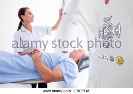 Techniker-Krankenschwester, die Vorbereitung der Patienten für die CT-Untersuchung im Krankenhaus - Stockfoto
