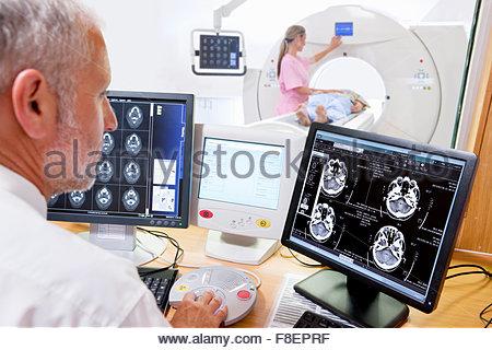 Herr Doktor Überprüfung CT-Scan digital Gehirn-Scan im Krankenhaus - Stockfoto