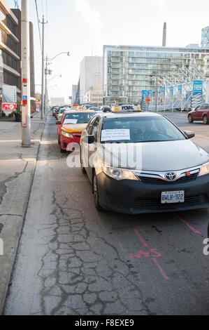 Toronto, Kanada. 9. Dezember 2015. Toronto-Taxifahrer zu versammeln, um eine Demonstration gegen Uber-Taxi-Service - Stockfoto