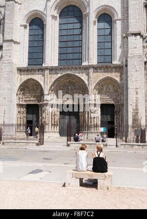 Zwei junge Frauen sitzen außerhalb von Chartres Kathedrale, Eure-et-Loir, Frankreich, Europa - Stockfoto