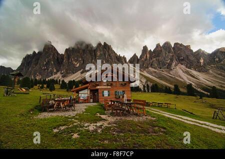 Die schöne Berghütte in Val di Funes, Dolomiten, Tirol, Italien - Stockfoto