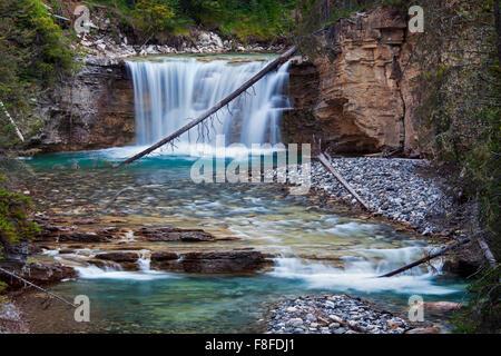 Wasserfall in der Johnston Canyon, Banff Nationalpark, Alberta, Rocky Mountains, Kanada - Stockfoto