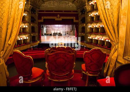 Oper, Blick von der Königsloge im luxuriösen Innenraum des Catania Oper - das Teatro Bellini - Sizilien. - Stockfoto