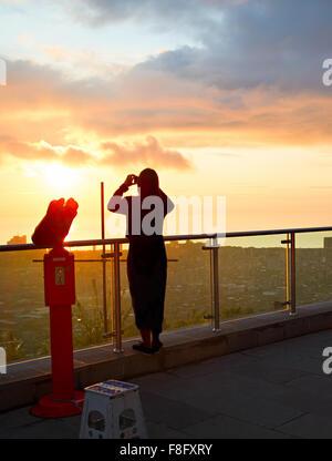 Silhouette einer Frau nehmen Foto Aussichtspunkt bei Sonnenuntergang - Stockfoto