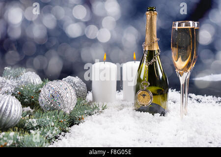 Weihnachten und neuen Jahren Champagner Feier Hintergrund mit einer Flasche und zwei Flöten Champagner im Schnee - Stockfoto