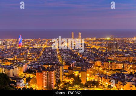 Skyline von Barcelona am Nachmittag zur blauen Stunde - Stockfoto