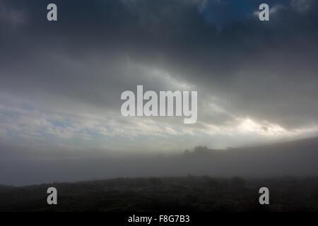 Cloud-Inversion verleiht eine unheimliche Atmosphäre den Mauren mit einem hohen Haus auf dem Hügel in Nebel gehüllt - Stockfoto