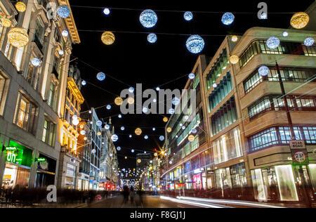 LONDON, UK - 9. Dezember 2015: Ein Blick auf einer belebten Oxford Straße während der Führung bis zu Weihnachten - Stockfoto