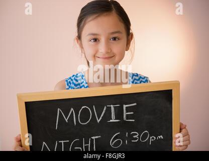 Mädchen mit Tafel-Film-Nacht-Schild