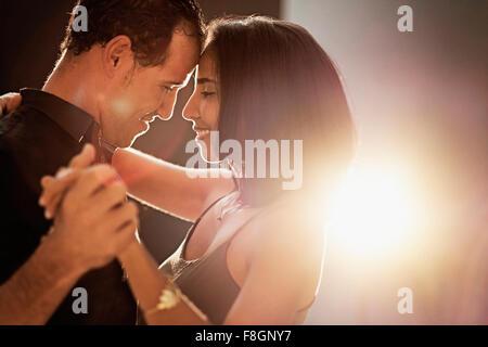 Hispanische Paare tanzen - Stockfoto