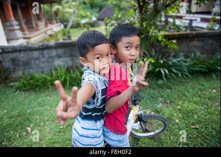 Asiatische Jungs spielen im Hinterhof