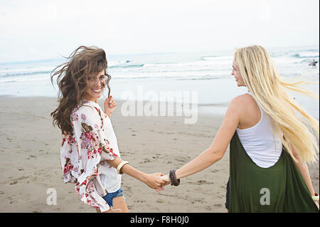 Kaukasischen Frauen Hand in Hand am Strand - Stockfoto