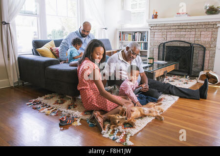 Afroamerikanische Familie entspannen im Wohnzimmer - Stockfoto