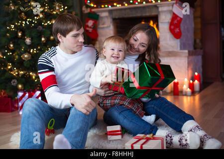 familie mit geschenken stockfoto bild 167789685 alamy. Black Bedroom Furniture Sets. Home Design Ideas