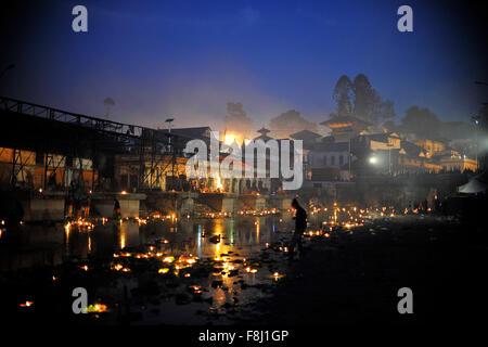 Kathmandu, Nepal. 10. Dezember 2015. Eine beleuchtete Ansicht von Pashupatinath Tempel zusammen mit den schwimmenden - Stockfoto