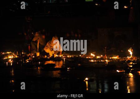 Kathmandu, Nepal. 10. Dezember 2015. Nepalesische Anhänger mit Öllampen in Richtung Lord Shiva an Bank des Bagmati - Stockfoto