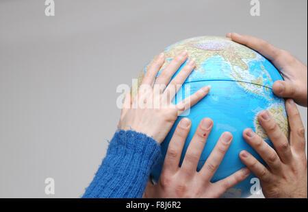 Teamwok Konzept mit praktischen Globus (NIKON D80, 20.3.2007, 1/250 bei f/5; ISO 400; Weißabgleich: Aut - Stockfoto