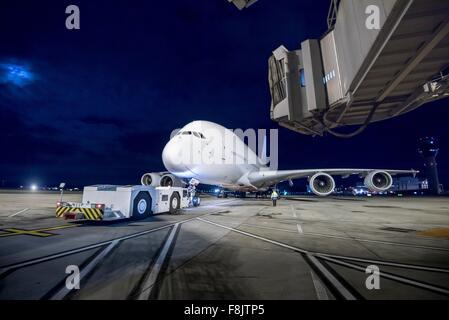 Chefingenieur mit A380-Flugzeuge auf der Piste in der Nacht - Stockfoto