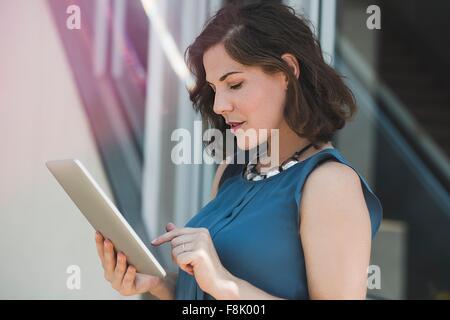 Mitte Erwachsene Frau im Freien, mit digital-Tablette - Stockfoto