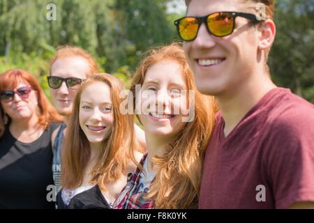 Roten Haaren Familiengruppe hintereinander Blick auf die Kamera zu Lächeln - Stockfoto